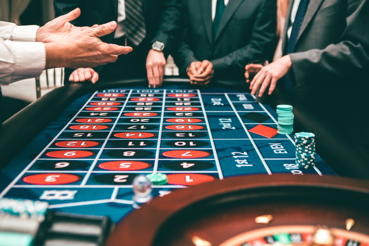 Online Casino Games vs. Land-Based Casino Games (Pros and Cons)